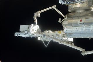 Canadarm2 performs a successful handoff of the Exposed Pallet (EP) to the Japanese robotic arm.