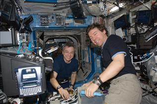 Canadian astronaut Bob Thirsk and NASA astronaut Mike Barratt