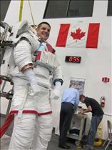 Jeremy Hansen trains to spacewalk