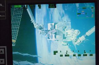 The successful handoff of the Exposed Pallet (EP) between Canadarm2 and the Japanese robotic arm