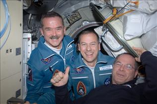 Chris Hadfield accueilli à bord de la station spatiale
