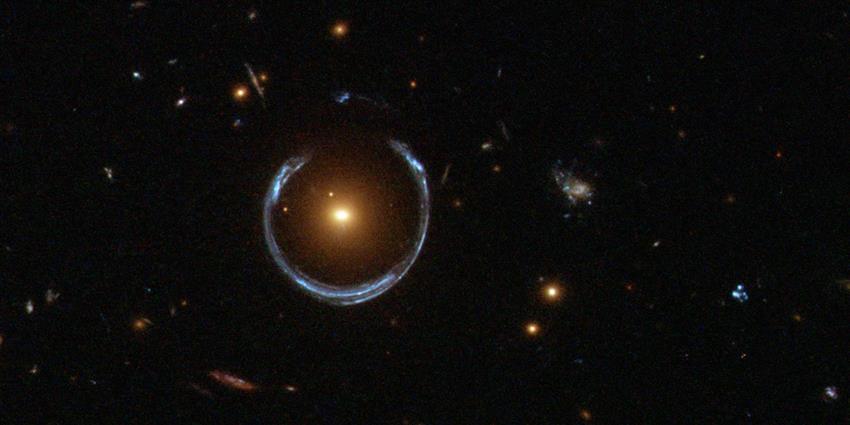 Lumière d'une galaxie bleue lointaine