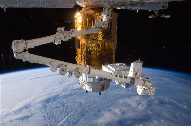 Canadarm2 secures the HTV-3