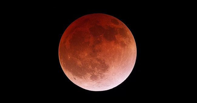 Éclipse lunaire totale de la super Lune de sang