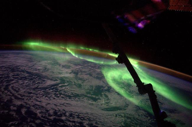Auroras below Canadarm2