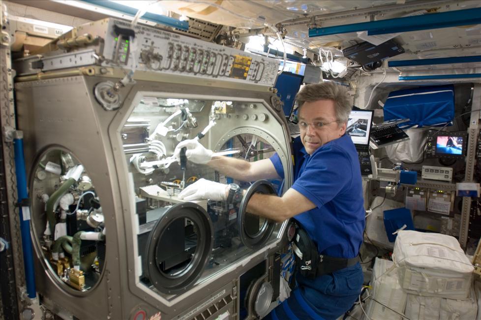 Photo of CSA Astronaut Bob Thirsk installs IVIDIL