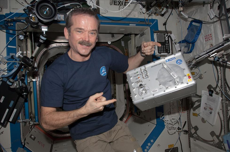 Photo de Chris Hadfield avec Microflow