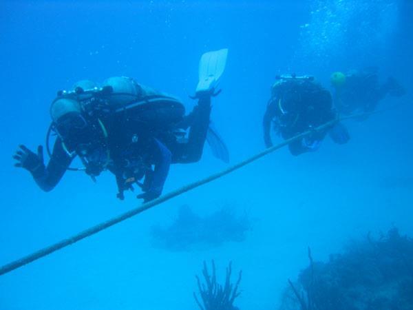 Photo du Dr Craig McKinley suivi de l'équipage