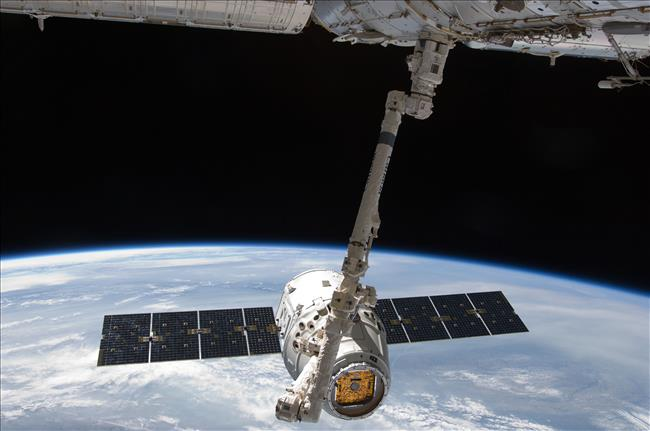 Canadarm2 catches the Dragon resupply ship