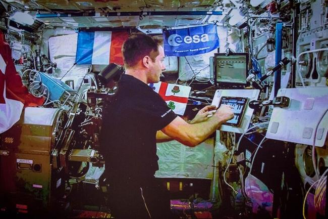 Sur une tablette électronique, l'astronaute de l'ESA Thomas Pesquet joue un passage de Highest Light