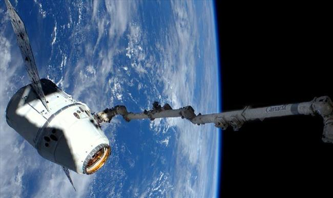 Canadarm2 captures Dragon